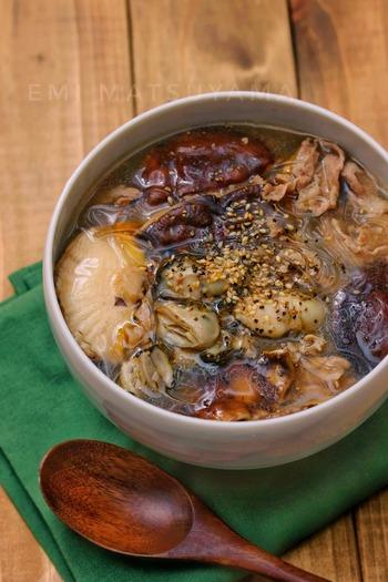 旬の牡蠣がたっぷり食べられる、中華の酸辣湯風春雨スープ。豚肉や椎茸などうまみ食材がいろいろ入って、満足感いっぱいの本格的な味です。