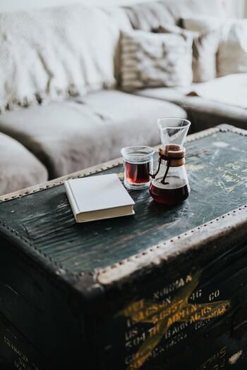 神経を鎮めるためには、アルコールやカフェインを控えましょう。代わりに、体を温める効果があると言われるカモミールティ、レモンティ、生姜湯、ココア、ホット豆乳などがおすすめです。
