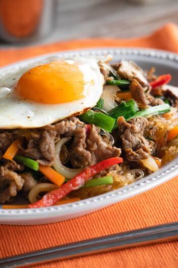 韓国料理のプルコギは、焼肉とすき焼きの中間的な料理。下味をつけた肉と野菜を炒めるだけです。お弁当にも合いそうなメインおかずですね。おうちで食べるなら、目玉焼きをのせるときれい。