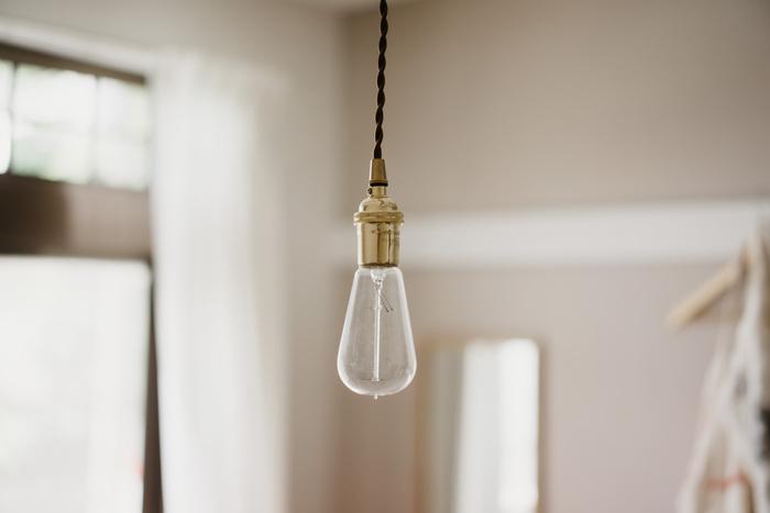 照明にもひと工夫してみましょう。裸電球や円盤のように広がったシェード付きの照明は、レトロな雰囲気のお部屋づくりにぴったりのアイテム。