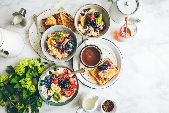 イライラ防止には、ビタミン・カルシム・ミネラルを意識して摂取すると良いと言われています。野菜や果物、乳製品や大豆製品を積極的に食べましょう。