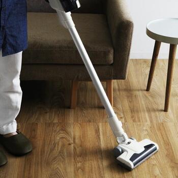 小回りのきくヘッドで家具の脚元でもスイスイ動かせるから、お掃除のストレスが軽減します。パワフルな吸引力で細かなほこりから大粒のゴミまで吸い取るので、お部屋まるごとの床掃除が一気に片付きます。