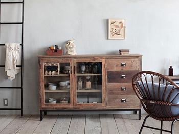古材を利用したヴィンテージ感のある木製家具は、お部屋の印象をガラリと変えます。  キャビネットやテーブルなど、使い込んで時が経つほどに素材の味わいが増し色合いにも深みが出てきます。