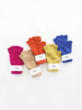 指先が空いているフィンガーレス手袋は、頻繁にスマホやタブレットを使う方におすすめ。わざわざ手袋を取る手間が掛からず機能的です。暗めのアウターにも映える明るいカラー展開でおしゃれも楽しめます。