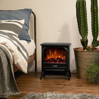 イギリス生まれの暖房機器メーカー「Dimplex(ディンプレックス)」が開発した、リアルな炎の電気暖炉。薪ストーブ風のデザインでありながら実は温風で温める、安全なファンヒーターです。