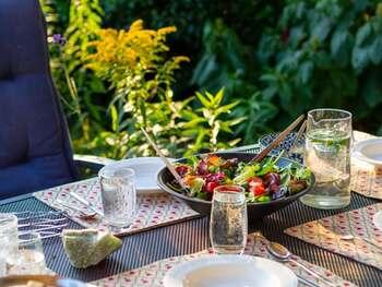 朝食を摂らない、食事の時間が毎日バラバラ、外食やコンビニ食が多い。こうした食習慣の乱れがPMSを引き起こす原因になることも。どんなに忙しくても、できるだけ食事の時間と栄養は大切にしてくださいね。
