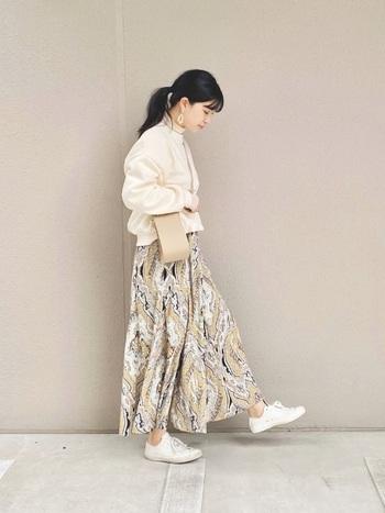 存在感のあるペイズリー柄スカートも、ベーシックな白スニーカーやベージュカラーのアイテムなど、同系色で組み合わせるとまとまりが生まれ、落ち着いた雰囲気に仕上がります。足首を出して抜け感もバッチリです。