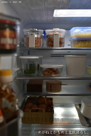 もうひと手間を加えられるなら、冷蔵庫で保存するのがおすすめです。常温よりも、いっそう湿気からガードしやすくなります。  そして使うときは、冷蔵庫から出して10分ほど置き、常温に戻してから袋を開けましょう。  袋をあけたときに、室温との温度差で結露が発生してしまうと、残りの海苔が湿気ってしまうのでご注意を。
