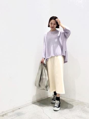 クリーム色のIラインスカートに、黒の靴下とコンバースで足元に締め色に利かせた、大人っぽいコーディネート。ラベンダーカラーのニットもカジュアルな印象になりすぎず、上品な着こなしになっています。