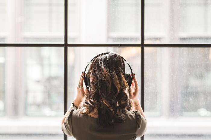 音楽を聴く、料理を作る、本を読む、映画を観るなど。頭をまっさらにして没頭できるものに時間を費やしましょう。少しの間でもかまいません。頭の中でどんどんネガティブに巡ってしまう考えを一度止めて、心を落ちつかせてみてください。
