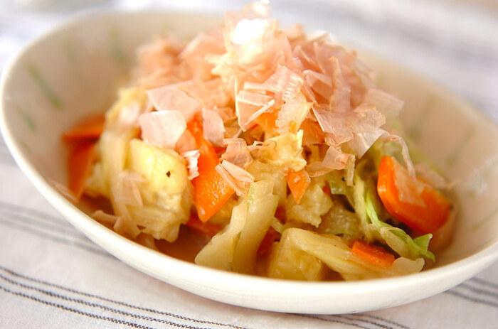 キャベツやニンジンなど、どこの家庭にもある野菜を使って手軽に作れるレシピ。練り白ゴマを加えてコクをアップした合わせダレで和えて、召し上がれ♪