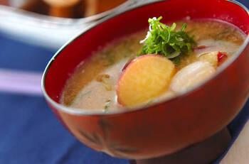 サツマイモの甘みが感じられるみそ汁。練り白ゴマ&すり白ゴマのダブルのごま効果でおいしさアップ。