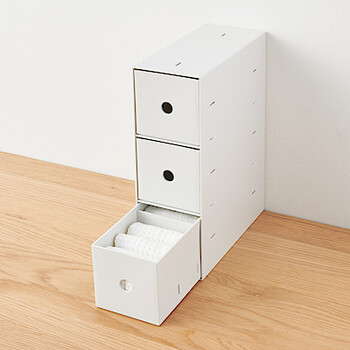 文具や細々としたものを入れておくのにぴったりな、無印良品のポチプロピレン小物収納ボックス。リビングクローゼットには引き出しがついていないので、引き出し収納はマストアイテム。