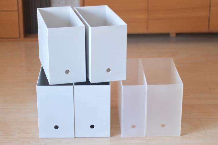 無印良品のファイルボックスは丈夫で、指を引っ掛けられる穴が下についているので、上段に収納しておいても引き出しやすくなっています。日用品はファイルボックスワイドの他に幅25cmタイプを選ぶとたっぷり収納できます。
