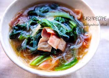 鉄分やカルシウムも豊富な小松菜とうまみたっぷりのベーコンを合わせた春雨スープ。時短で、しかもヘルシーです。