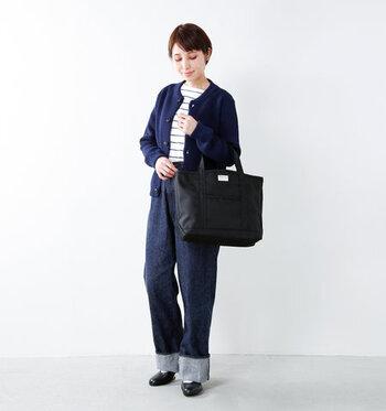 ボーダーとネイビーのカーデでフレンチコーデ。靴とバッグを黒で統一すればよりまとまり感が出ます。