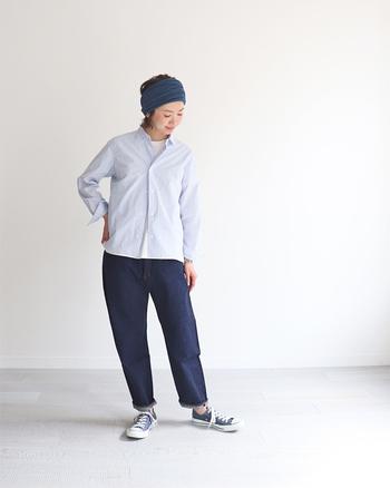 とっても爽やかなシャツコーデは。ネイビーのグラデーションのよう。シンプルなコーデほど、ターバンなどでアクセントを。