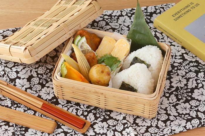 """「竹の弁当箱」は、天日干しにした真竹を煮沸処理した""""白竹""""を使用したナチュラルな風合いが魅力。しっかり丁寧に編み込まれ、通気性のよさもメリットです。"""