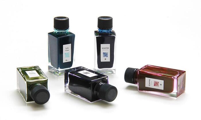 まずはインク。染料が主流となりつつ万年筆インクの中で、耐水性・耐光性に優れている顔料インクを採用。メンテナンス面の欠点を改善し、使いやすいインクとなっています。水がかかってもにじまず、乾くと定着するので線を書いた上から水彩絵の具で着彩することもできますよ。  色名にはそれぞれ物語性を感じることができ、書く楽しみを深めてくれます。