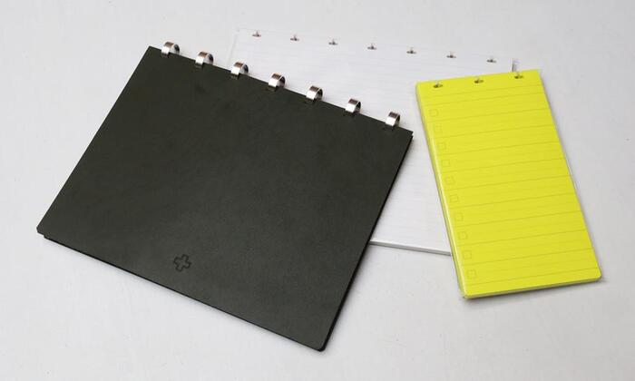 アルミディスクとレザーの表紙、厚手の台紙で作るフレックスノート。D3サイズなら、無地・罫線・方眼・カレンダー・TO DOリストの5種類のリフィルを組み合わせて、自分好みのノートが作れます。日記やメモ、イラスト、スクラップなど、これ1冊に集約できますね♪