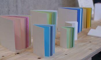 色や紙質が違うので、1枚1枚めくる楽しさがあります。ノートや日記帳として使ったり、スケッチブックとして使ったり、切り離して寄せ書きやメッセージカードとして使ったり、写真の台紙にしたり…。楽しみ方が広がりますね!