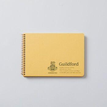 日本の老舗ノートメーカーが作るROYAL College(ロイヤルカレッジ)ノート。その中でも、メモやスクラップ、スケッチなど万能に使えるのがギルフォードシリーズです。特にB6横タイプは、やや厚手の中紙が使われているので、思いっきり書くことができますよ。