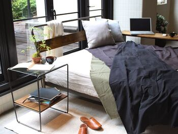 ベッドサイドに、複数のモノを置いて置きたいなら、棚付きタイプを。ディスプレイやちょい置きスペースで十分という方は、テーブルのみのタイプでも良いでしょう。用途に合わせて、デザインを選んでみてください。