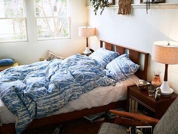 ベッドの両脇にベッドサイドテーブルを置くのが、シンメトリー配置。左右対称に置くことで、高級感が出てモダンな印象になります。上質感のある寝室インテリア、クラシカルな雰囲気がお好みの方におすすめです。