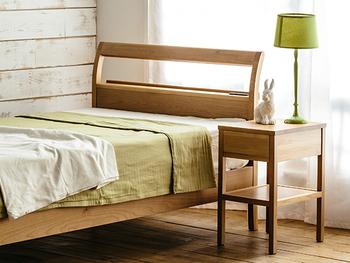 ベッドサイドテーブルがあるだけで、ベッド周りの収納場所が増えるだけでなく、ディスプレイスペースとしても活躍。  お好みのオブジェや小さなインテリアグリーンなどを飾るコーナーにすれば、インテリアのアクセントに。