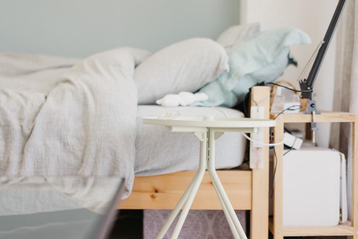 異なる素材のものでもテイストやが合っていれば、素敵にコーディネートできます。 こちらのお宅のように、木製フレームのベッドにメタリック素材のベッドサイドテーブルを置くときにも、色を合わせれば違和感なくナチュラルな雰囲気に。  ベッドサイドテーブルとベッドのマットレスの高さを合わせると、すっきりとみえますよ。