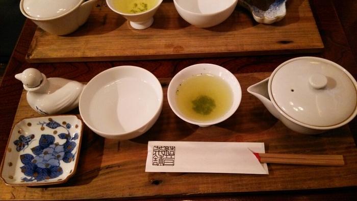 『結音茶舗』。茶舗の名前の通り、お勧めは約30種類取り揃えられた、生産者にもこだわった日本茶。