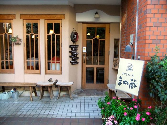 1978年の創業以来、吉祥寺の地元の方からはもちろん、遠方からもたくさんの方が訪れる老舗のカレー専門店です。歴史が古いにも関わらずお店はまるでカフェのように可愛らしく、清潔に保たれています。平日も休日も、今でも行列の絶えない人気店です。