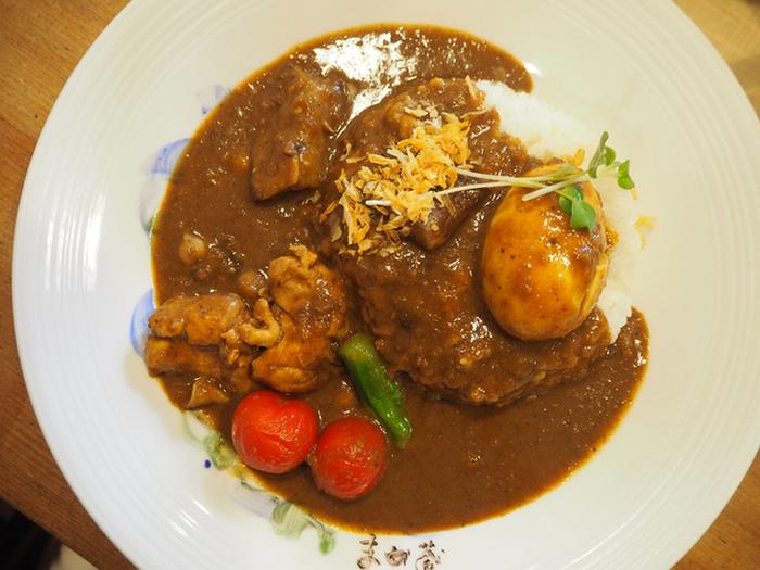 一番人気は茄子やプチトマト、インゲンなど大きく柔らかく煮込まれた具がごろごろ入っている「野菜カレー」です。濃厚かつスパイスを効かせながらも優しいルーの味は、他では味わうことの出来ないオリジナルのカレーです。