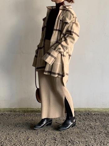 オーバーサイズのチェックジャケットは、華奢な印象に見せてくれます。 ボトムにはタイトなニットスカートを合わせると、バランスの良いシルエットに。  小物は黒で統一して、ベージュコーデを引き締めるのが◎