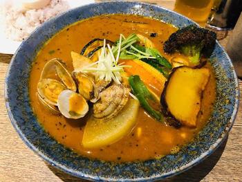 「北海道産エゾシカ肉ステーキハンバーグカレー」「フィッシュフライのカレー」と、様々な具のカレーが楽しめます。スープはトマト、和風、エビからチョイスできます。その日の気分で色々とカスタマイズできる楽しいカレー店ですよ。