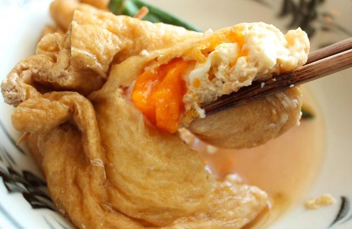 晩ご飯のおかずには簡単&美味しい「冷凍卵の巾着煮」もおすすめです。冷凍卵は凍ったままの状態で使用するので、解凍する時間を省くことができて忙しい時にも重宝しますよ。油揚げの中に入れた冷凍卵は加熱し過ぎると固まってしまうので、余熱で火を通すようにするのがポイント。じっくりと火を通すことで、トロっとした美味しい食感に仕上がりますよ。