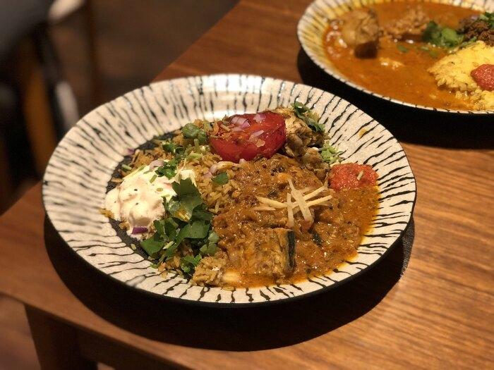 素敵なお皿に個性的に盛り付けられたカレーは味も絶品。玉ねぎなど野菜そのものの甘さを感じつつも、スパイスがじんわりと口に広がります。