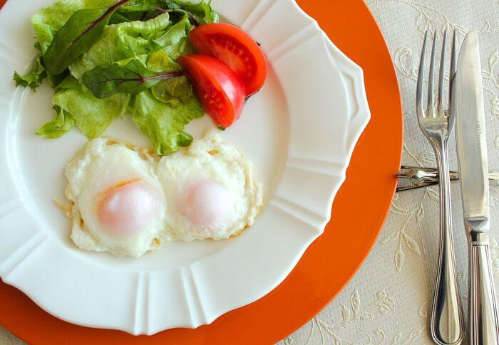 卵そのものの美味しさを堪能できるシンプルな目玉焼き。通常は1個の卵から1つの目玉焼きしか作れませんが、冷凍卵なら1個の卵で2つのミニ目玉焼きが作れるんですよ。冷凍卵は凍ったままの状態でフライパンで蒸し焼きにするので、フライパンの蓋は密閉性の高いものがおすすめです。黄身がとろっとした、美味しい目玉焼きを簡単に作ることができます。