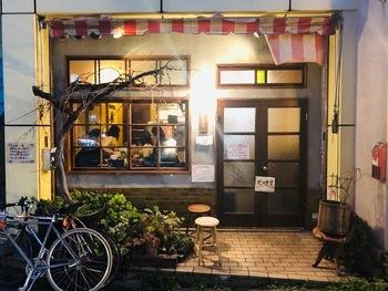 大阪で人気のカレー専門店が2017年に下北沢にオープンしました。店名通りに可愛らしいアパートのようなレトロで雰囲気のあるお店です。