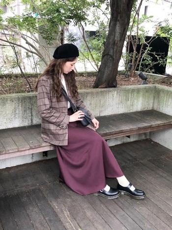 ブラウンのチェックジャケットは、こんな深みのあるパープルのスカートとも好相性。 落ち着いた色の組み合わせで、コーデ全体をシックに見せることができます。  小物は黒で統一して、大人っぽくまとめましょう。