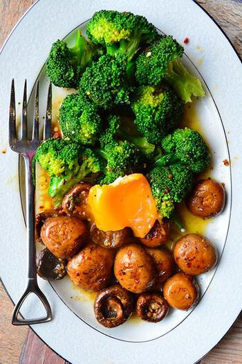 ブロッコリーとマッシュルームに白ワイン&アーリオオーリオのスパイスを加えて炒め、解凍した冷凍卵の黄身をトッピングしたおしゃれなおつまみメニューです。たった5分で簡単に作れるうえ、お野菜がたっぷり摂れて栄養満点。ガーリックの効いたブロッコリーとマッシュルームを、トロッと濃厚な黄味につけながら食べると美味しいですよ♪