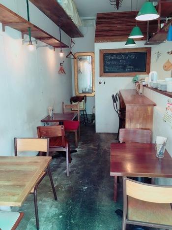 下北沢から徒歩7分程の場所にある、9席と小さいお店ながらかなり話題となっている人気カレー店が「カレーの惑星」です。