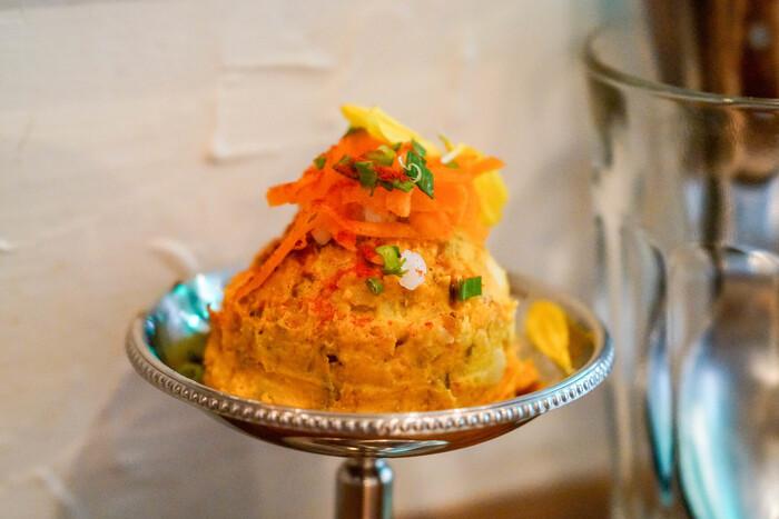 サイドメニューも美しく盛り付けられて提供されます。「スパイシーポテ山」はカレーの箸休めやお酒のおつまみにもぴったりの、少しピリッとした辛みが美味しいメニューです。