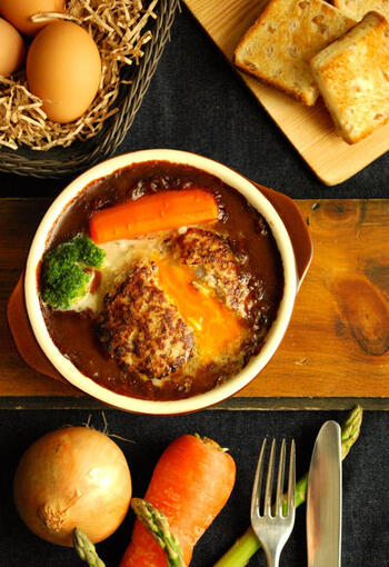 ここからは冷凍卵を使った、見た目もおしゃれな「洋風アレンジレシピ」をご紹介します♪ こちらは特製のデミカレーソースが美味しい煮込みハンバーグ。中から黄身が溶け出すトロトロ・アツアツのハンバーグは、寒い冬にぴったり。普段の食卓はもちろんのこと、おもてなし料理にもおすすめです。