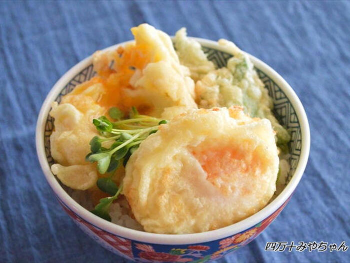 様々な料理に美味しくアレンジできる冷凍卵は、丼や鍋料理にも活躍してくれます。こちらは冷凍卵と大葉の天ぷらを豪快に盛り付けた、見た目も豪華なボリューム満点の天丼です。冷凍卵のモッチリ感と、大葉のサクッとした食感が美味な一品。美味しく仕上げるには、冷凍卵を160~170℃の低温でゆっくり揚げることがポイントです。