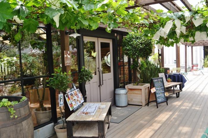 FARMER'S KITCHEN (ファーマーズキッチン)は、大阪モノレール「彩都西」駅近郊のカフェレストランです。ここは、the Farm Universalというまるで植物園のような佇まいをした園芸ショップ内に併設されたカフェレストランで、緑あふれる空間でゆっくりとお食事を楽しむことができます。