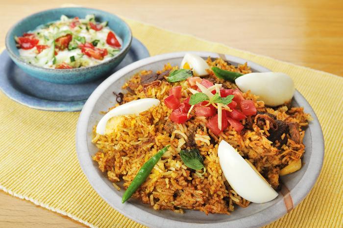 カレー以外のインド料理も多数取り揃えられています。インドの炊き込みご飯と呼ばれる「ビリヤニ」は隠れた人気メニューで、口に含んだ瞬間スパイスの風味が口の中いっぱいに広がりますよ。