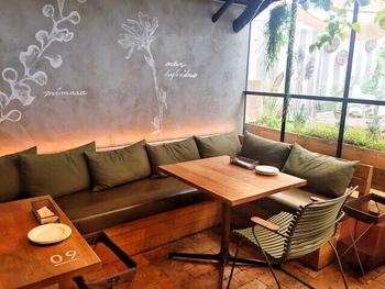 FARMER'S KITCHEN (ファーマーズキッチン)では、テーブル席のほかに、ゆったりとしたソファ席も用意されています。ソファ席でのんびりと過ごしたい方は、予約時にソファ席を希望する旨を伝えておくことをおすすめします。