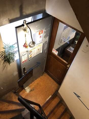 神保町駅からは徒歩6分、御茶ノ水駅からも徒歩6分とアクセス良好な場所にあるこちらのカフェは、美味しいインドカレーが人気です。数多くある都内のビルの中でも相当古いビルだそうで、今ではめずらしい手動式エレベーターで4階に上がると、お店に到着です。