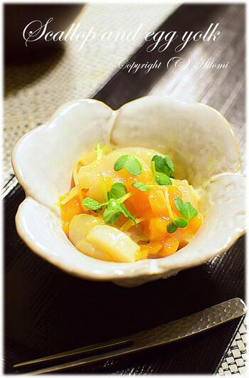 こちらはお刺身用の帆立を霜降りにして、刻んだ冷凍卵の黄身と貝割れを加え、わさび醤油で和えた「帆立と冷凍卵の和え物」です。晩ご飯の献立にはもちろんのこと、お酒のおつまみにも◎。帆立の黄身和えを冷凍卵に変えるだけで、よりリッチな味わいの一品料理に仕上がりますよ。